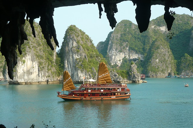 Vietnam Highlights with Cruise